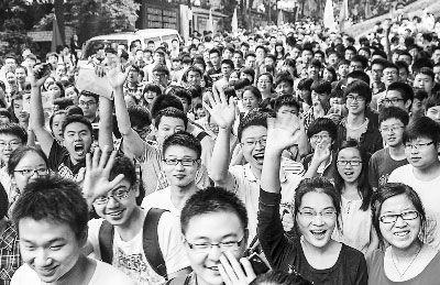 6月8日,在重庆市十八中学考点,同学们兴高采烈地走出考场。新华社记者 陈诚摄