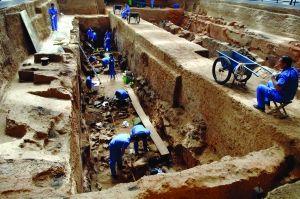 考古人员在秦陵百戏俑坑进行发掘
