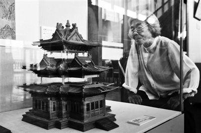 9日,国家图书馆北区,中国传统建筑营造技艺展,一名参观者正在看古建筑模型。新京报记者 李飞 摄