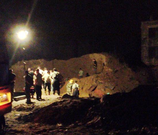 消防官兵掘开大量沙子寻找小祝。东北网记者 陈静 摄