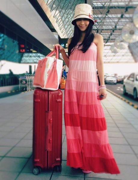 妩媚Look:吊带条纹长裙