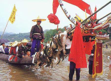 """""""独木龙舟节""""是苗族一年一度的传统盛会,也是当地最重要的节日"""
