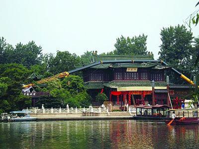 """图为被""""砸伤""""的瘦西湖著名景点熙春台,折断的吊臂还躺在屋顶上。陈咏 摄"""