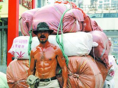 """""""板车哥""""正拉了满满一车布匹,有两千多斤重"""