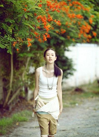 白色背心 + 吊带休闲裤
