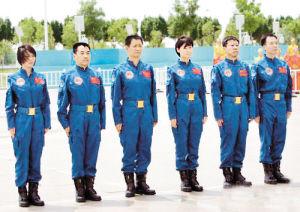6月10日,神舟九号航天员乘组在酒泉卫星发射中心亮相。