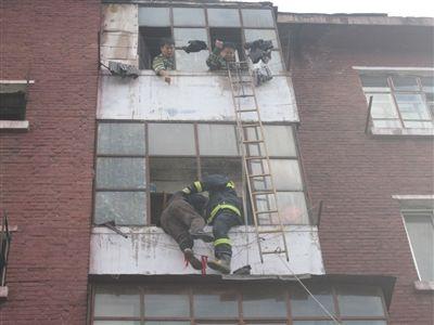 哈市七旬老妇被困4楼雨搭