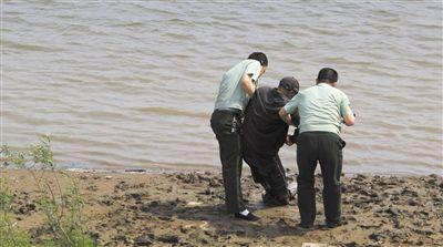 边防民警将老人背上江岸 (图片由双鸭山市边防支队提供)