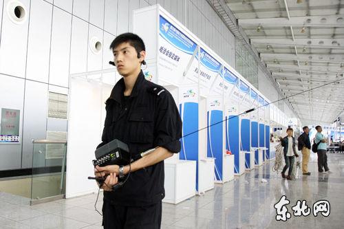 干警在会场内进行搜爆工作。东北网记者 孙晓锐 摄