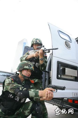 参加演练的武警战士动作标准有力