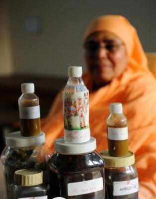 印度人把牛粪碾磨制成了牙膏