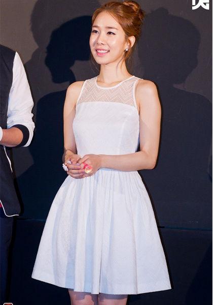 白色拼接束腰连衣裙