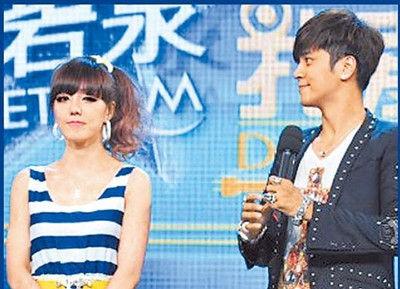 罗志祥(右)上月底参加浙江卫视节目录像,与女参赛者�莉一起受访