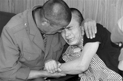 终于见到父亲的陈洪明抱着父亲像孩子一样不愿松开。