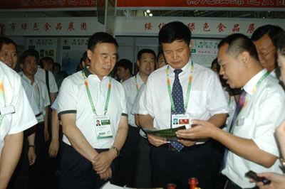 市委书记朱清文正在绥化绿色食品展台前巡视。