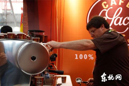 澳大利亚展商Darren正在现场磨制咖啡 东北网实习记者 杨晓明 摄