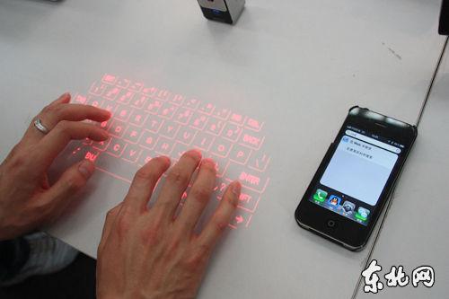 """可搭配苹果手机使用的""""激光键盘""""。 东北网记者 李倩 摄"""