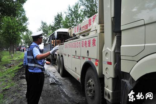 交警部门开展救援工作。王慧东摄