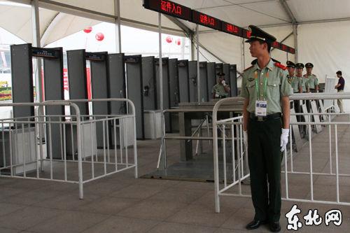 开馆前,安保人员严装以待。东北网记者 岳云雪摄