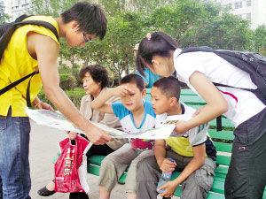 大学生环保志愿者向市民宣传湿地保护的活动。
