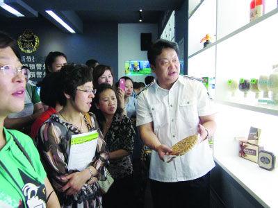 哈市质监局副局长滕幼平(右一)向市民代表讲解