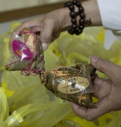 6月14日,投诉者拿着发霉的粽子。早报记者 孙湛 图