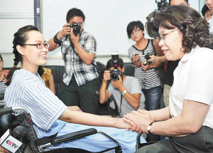 张海迪与张丽莉轮椅上美丽相会高清图片