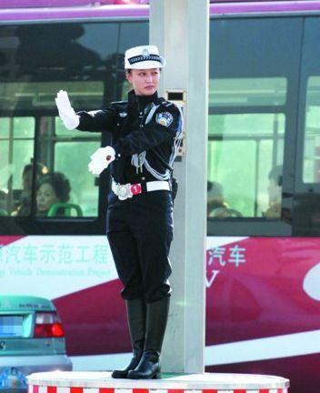 22名美女交警指挥交通引围观
