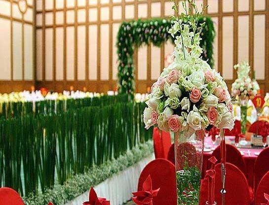 1.场地的选择   婚礼的形式决定婚礼场地的选择,浪漫的旅行结婚、大气的酒店仪式、清新的草坪婚礼还有神圣的教堂婚礼选择一种你们都能接受的婚礼形式,然后预定一个最适合你们的婚 礼场地。宽敞的婚礼场地配合清新的现场氛围,给人一种自然愉悦之感。   婚礼场地是整个婚礼的舞台,涉及背景布置、物品安置、灯光音效、酒宴服务等诸多事宜,也是最容易出问题的一个地方。多数时候,新人们只有在婚礼前一天才有机会把场地布置成自己想要的模样,因此不确定性很高。为了确保一切都能如愿举行,前期的沟通和准备就非常重要。   传统的