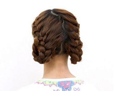 麻花辫编发既能充当发型的装饰