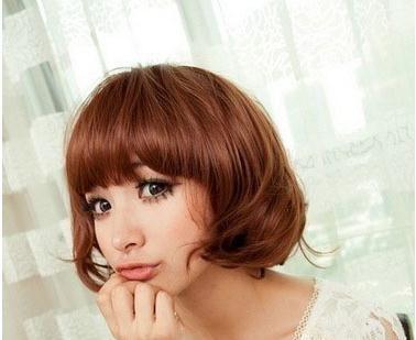 蓬松随意的刘海和中短发型的卷发弧度就可以打造出十分吸睛的可爱韩式