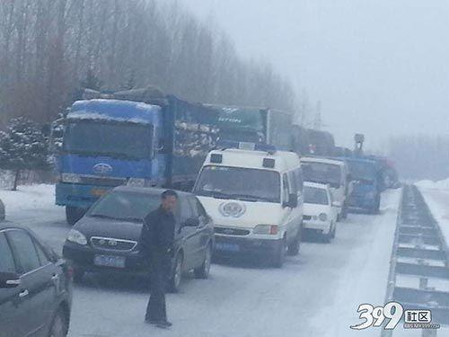事故导致该路段交通严重拥堵。哈尔滨新闻网手机记者 叶司龙摄