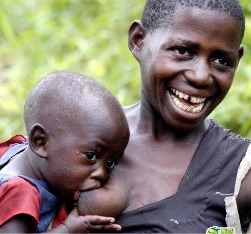 乌干达奇风异俗 穿衣服不吉祥娶处女是耻辱图