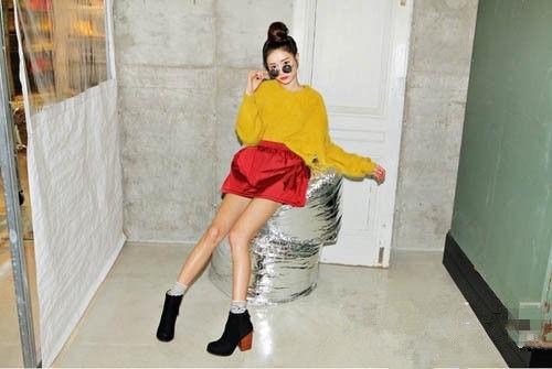 土黄色宽松毛衣搭配酒红色皮质a字裙