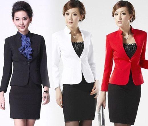 玫粉色丝巾增加亮点 特别是这款白西装搭配黑西装裙的,在领口处再用丝巾打上一个紫红色的的蝴蝶结,这样会凸显女性的高端品位。 三色西装体现女性高端品质感