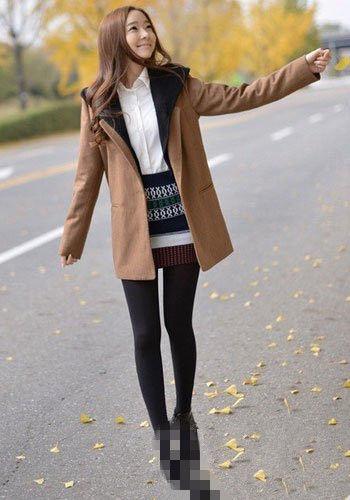 驼色大衣+衬衫+包臀裙+打底裤;;