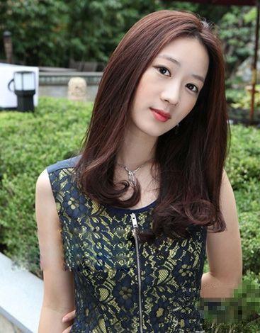微卷中长发发型-拒做黄脸婆 30岁女人减龄发型推荐图片