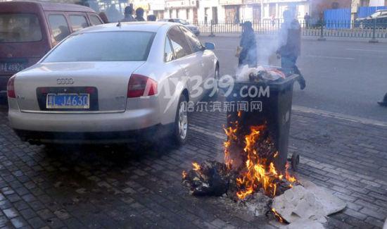 因等车乘客将未熄灭的烟头投入垃圾桶引燃垃圾