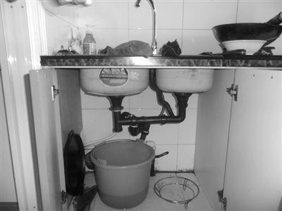 哈尔滨道外区居民楼下水道返水两个月未处理(图)
