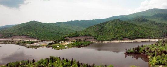 湖边有仙鹤楼大酒店,木屋别墅,家庭旅馆,野营帐篷,是游客森林旅游度假
