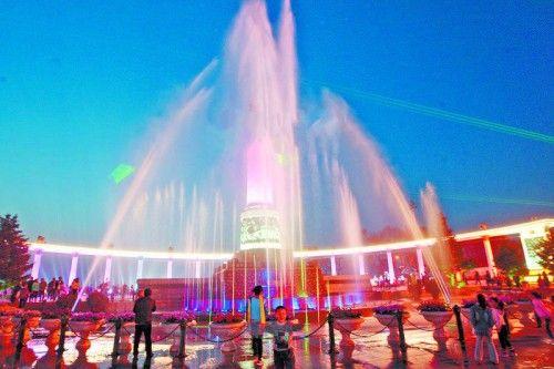 哈尔滨防洪纪念塔广场音乐喷泉翩翩起舞