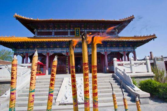 财神庙座落于香炉山风景区的风水宝地,郁树环抱,紫气笼罩,是最佳的