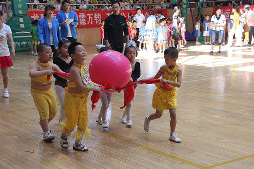 今年幼儿运动会,是历年来规模最大,数量最多,内容最新的一次幼儿盛典活动,参加比赛的幼儿园来自我市7个区,33个幼儿园,分别是道里区、道外区,南岗区,香坊区,平房区,呼兰区,松北区,参加表演节目的共9个幼儿园,趣味运动项目是今年新设计的,分别是锻炼幼儿环保意识、幼儿团结协作意识和幼儿独立面对事情等,内容新颖,形式多样,深受小朋友的喜爱。