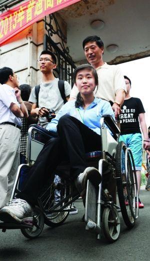 哈市淡定女孩考前脚部骨裂坐轮椅来赶考 竖