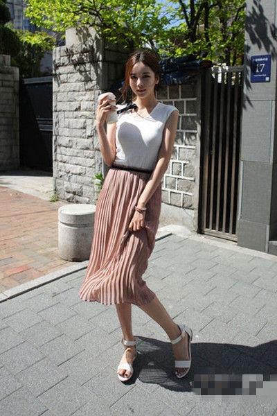 正文    白色的t恤搭配上复古风格的波点,俏皮可爱,黑色的半身长裙很