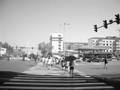 市民看信号灯过马路