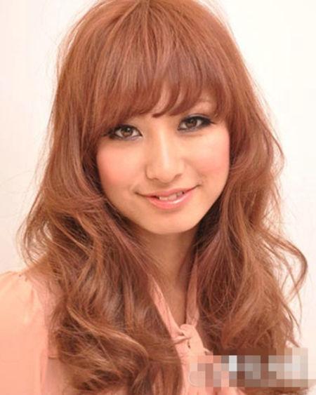 导语:梨花头,一种流行发式,中短发,发型类似梨形,由日本兴起,最早由日本模特瑠璃所创,后来由VIVI模特梨花一手推广打造成了一大流行法式。现在越来越多的美眉们爱上这款发型,心动不如行动,就给自己挑选一款吧。 甜美梨花头