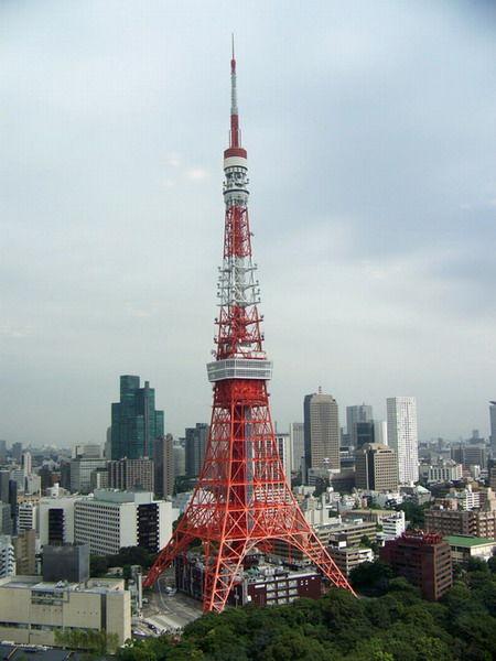 东京塔一电梯玻璃在200米高空破裂