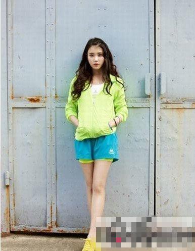 荧光绿的上衣很是亮眼