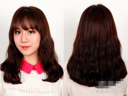 【导读】哪个女孩不爱美呢?那首先就从头发来改变自己吧。一款时髦好看适合自己的发型,绝对可以修饰脸型,也能增添自信心。下面就为大家介绍秋冬人气最高的发型,韩式蛋卷头最优雅。 style1:侧分蛋卷头